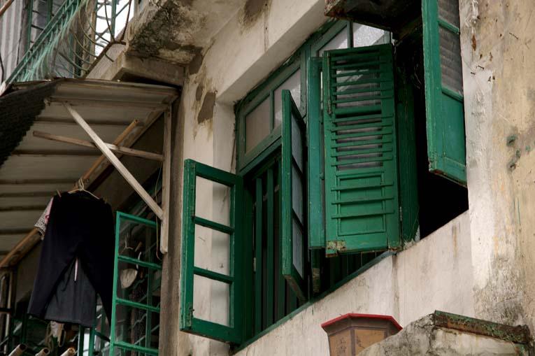 舊窗 舊式唐樓,相信此類木窗係當時建築標準吧,純記錄性質照片一張,如果窗內多老人家或馬姐之類人物,會好得多.